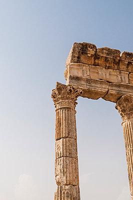 Ruinen der antiken Stadt Apameia im Norden Syriens - p1493m2063543 von Alexander Mertsch