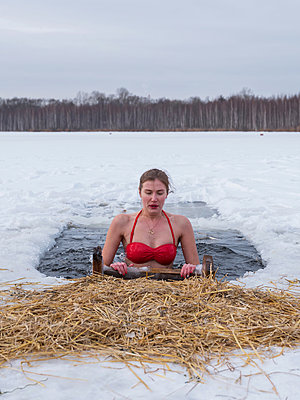 Young russian woman bathing in an ice hole in Moscow - p390m1582785 by Frank Herfort
