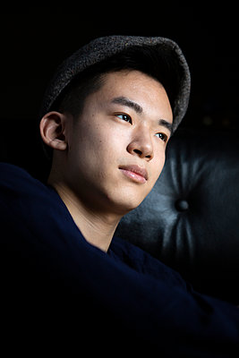 Young Asian man with cap, portrait - p817m2167974 by Daniel K Schweitzer