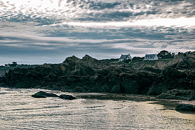 Residential houses on rocky coast, Brittany, France - p879m2168634 by nico
