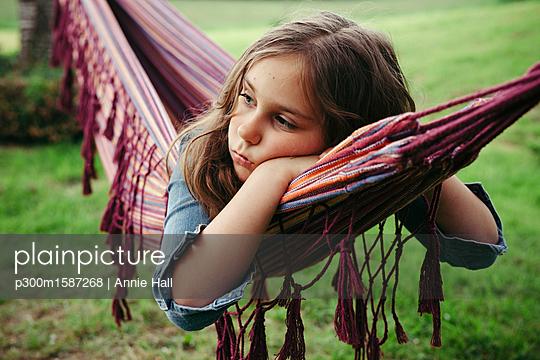 plainpicture - plainpicture p300m1587268 - Portrait of sad girl lying ... - plainpicture/Westend61/Annie Hall