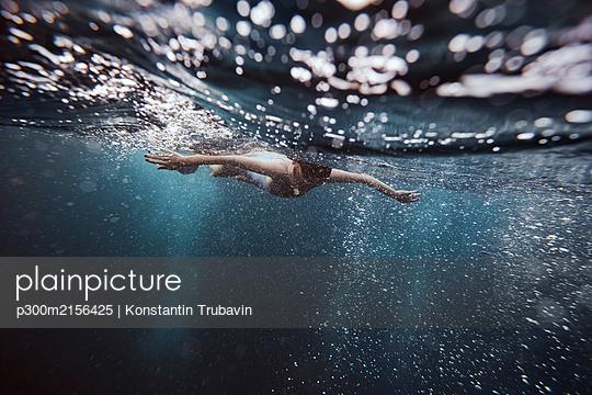 Man snorkeling underwater, Gili Meno, Gili islands, Bali, Indonesia - p300m2156425 by Konstantin Trubavin