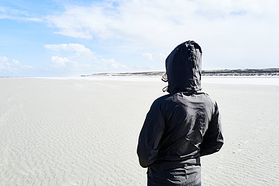Woman looking out over the mudflats - p1203m1578220 by Bernd Schumacher