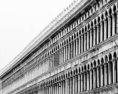 Die Alten Prokuratien (Procuratie Vecchie) am Markusplatz, Venedig, schwarzweiß I - p1493m1584578 von Alexander Mertsch