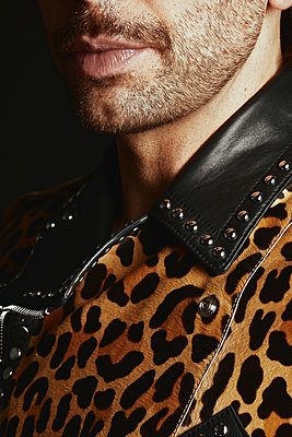 Mann in leopard-print leather jacket - p1540m2237765 by Marie Tercafs