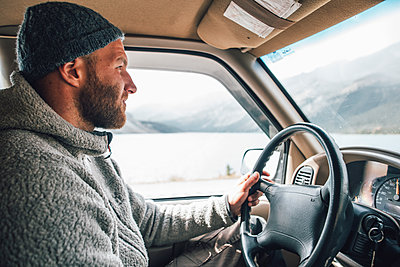 Young man with woolly hat and beard on a road trip - p300m1568022 by Gustafsson