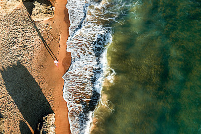 Young woman jogging on the beach, aerial view - p713m2289602 by Florian Kresse