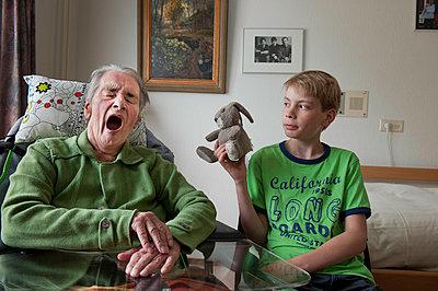 Senior man yawning - p896m834637 by Sabine Joosten