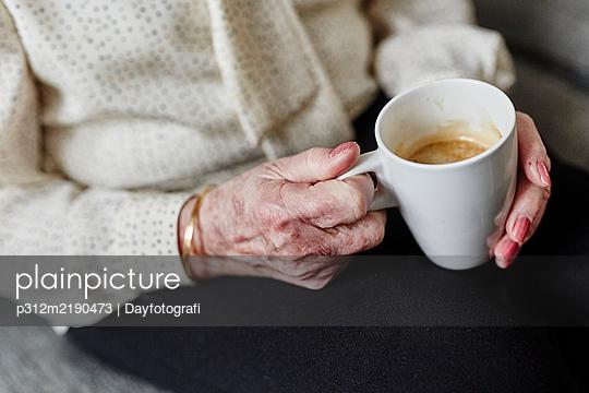 Womans hands holding mug - p312m2190473 by Dayfotografi