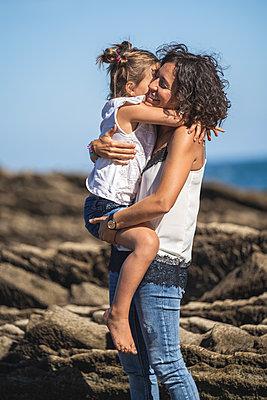 family with 2 children enjoying the beach and cliffs of the Basque country - p300m2256613 von SERGIO NIEVAS