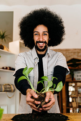 Barcelona, Spain. AfricanAmerican man making a kokedama plant. Kokedama, japanese technique, sustainable, plant, home decor, DIY, technique, - p300m2273562 von VITTA GALLERY