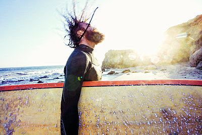Caucasian man holding surfboard at beach - p555m1304648 by Peathegee Inc