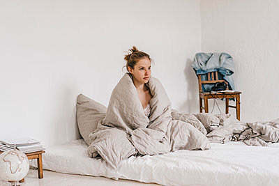 Young woman in bed  - p586m1178723 by Kniel Synnatzschke