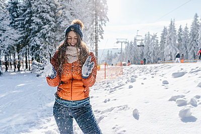 Young woman in winter clothing has a nice time - p586m2005124 by Kniel Synnatzschke