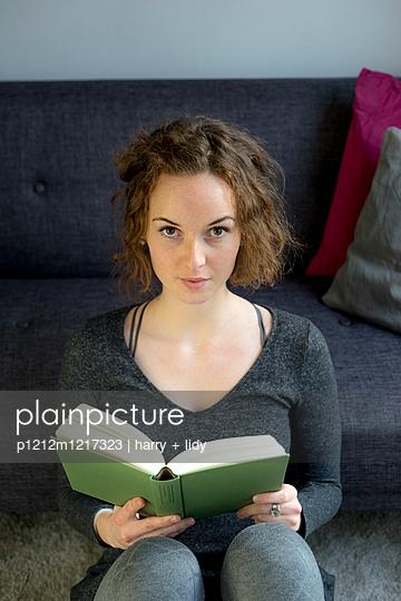 Junge Frau liest ein Buch - p1212m1217323 von harry + lidy