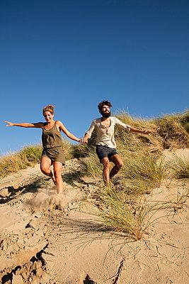 Junges Paar den in Dünen - p1212m1168681 von harry + lidy