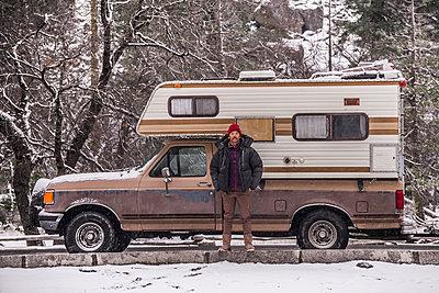 Climber beside campervan, Yosemite National Park, California, USA - p924m2074428 by Alex Eggermont