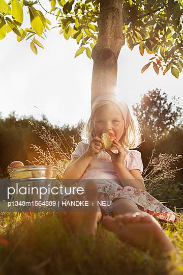 Mädchen isst Apfel - p1348m1564889 von HANDKE + NEU