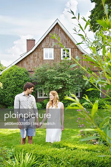 Junges Paar mit Haus und Hund - p606m933989 von Iris Friedrich