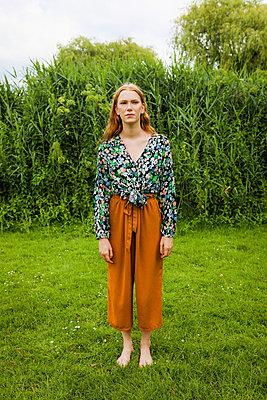 Frau steht auf Wiese - p045m2196091 von Jasmin Sander