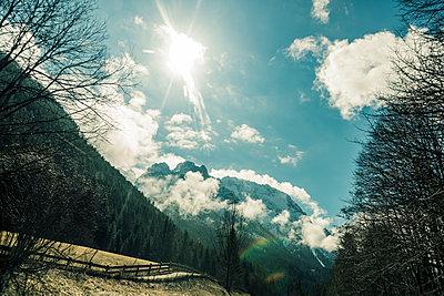 Gegenlicht in den Alpen - p081m1128555 von Alexander Keller