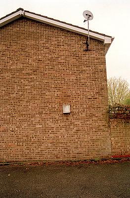Hauswand mit Satellitenschüssel - p3880135 von Harry Bugden