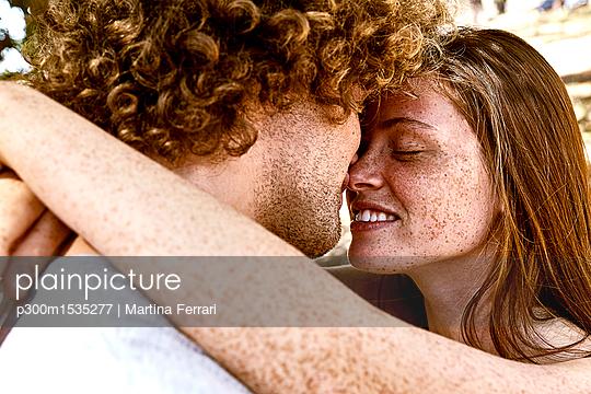 plainpicture | Photo library for authentic images - plainpicture p300m1535277 - Happy young couple hugging - plainpicture/Westend61/Martina Ferrari