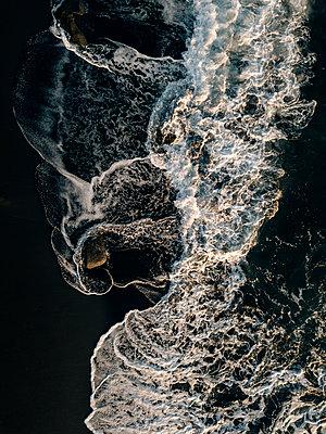 Indonesia, Bali, Indian Ocean, Aerial view of waves and rocks - p300m2012801 von Konstantin Trubavin