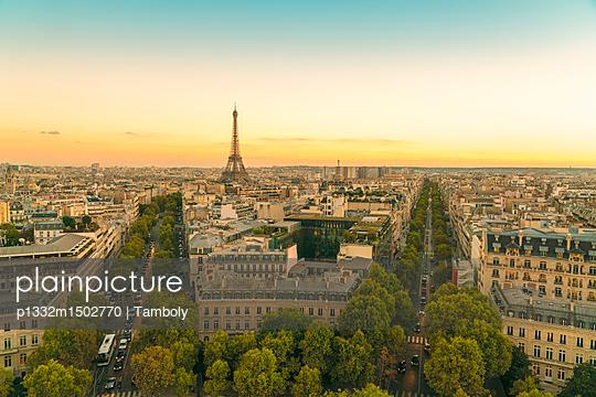 Blick über Paris Eiffelturm im Hintergrund - p1332m1502770 von Tamboly