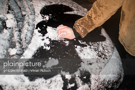 Hand im Schnee - p1422m1513163 von Vivian Rutsch