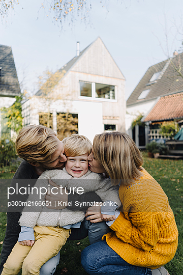 Happy affectionate family in garden - p300m2166651 von Kniel Synnatzschke