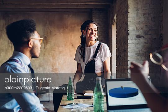 Creative team having business meeting in loft office - p300m2202803 by Eugenio Marongiu