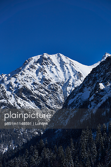 Schneebedeckte Berge - p851m1148591 von Lohfink
