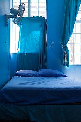 leeres, blaues Schlafzimmer - p045m1355538 von Jasmin Sander