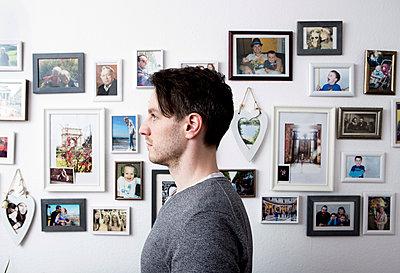 Mann vor seiner Fotowand - p1221m1133062 von Frank Lothar Lange