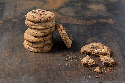 Stack of chocolate cookies on rusty metal - p300m2029606 by JLPfeifer