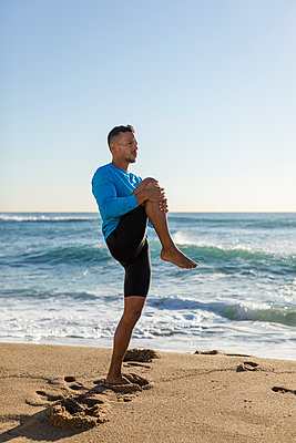 Man doing workout on the beach - p300m2121465 by Mauro Grigollo