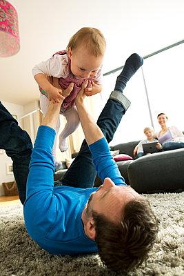 Vater spielt mit kleiner Tochter - p341m1137158 von Mikesch