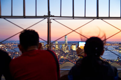 With a view over Manhattan - p851m1048646 by Lohfink