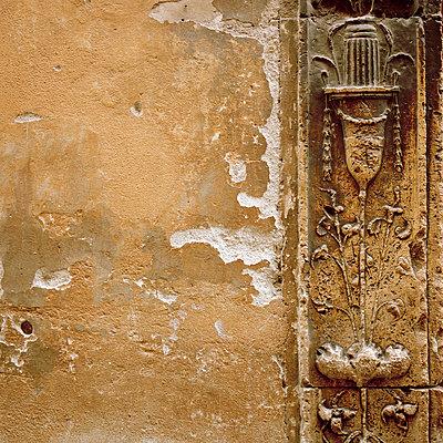 Verzierung einer alten Hauswand - p949m658285 von Frauke Schumann