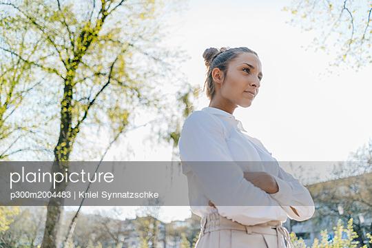 Pretty businesswoman in the city, portrait - p300m2004483 von Kniel Synnatzschke