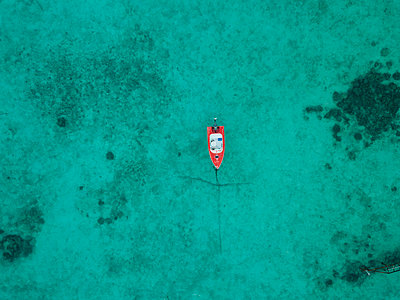 High angle view of boat on sea at Maldives - p1166m2009401 by Cavan Images