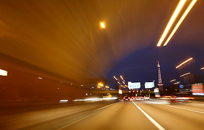 Automobile tunnel in Berlin at night - p1258m1515469 by Peter Hamel