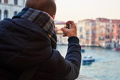 Mann macht ein Foto mit dem Smartphone  - p1312m1575232 von Axel Killian