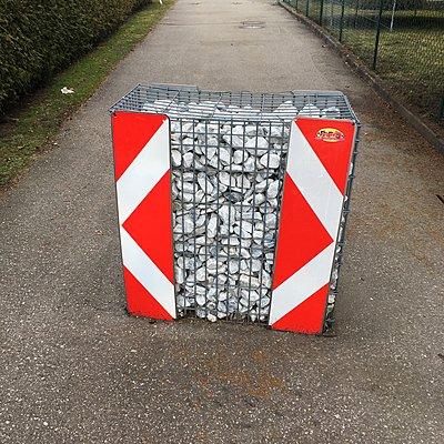 Gabione gefüllt mit Steinen als Barriere - p1401m2254167 von Jens Goldbeck