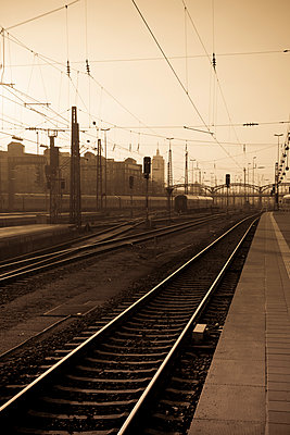 Germany; Bavaria; Munich; Tracks at central station - p300m919941 by hollyfotoflash