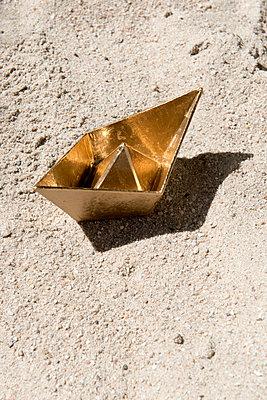 Goldenes Schiffchen - p451m1451962 von Anja Weber-Decker