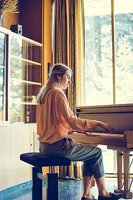 Klavier spielen - p904m1133704 von Stefanie Päffgen