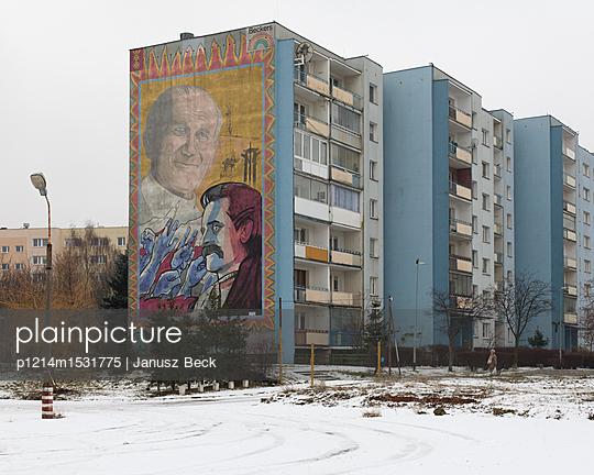 Bild auf Fassade von Plattenbau - p1214m1531775 von Janusz Beck