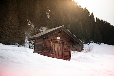 Shelter in the snow - p1007m853054 by Tilby Vattard